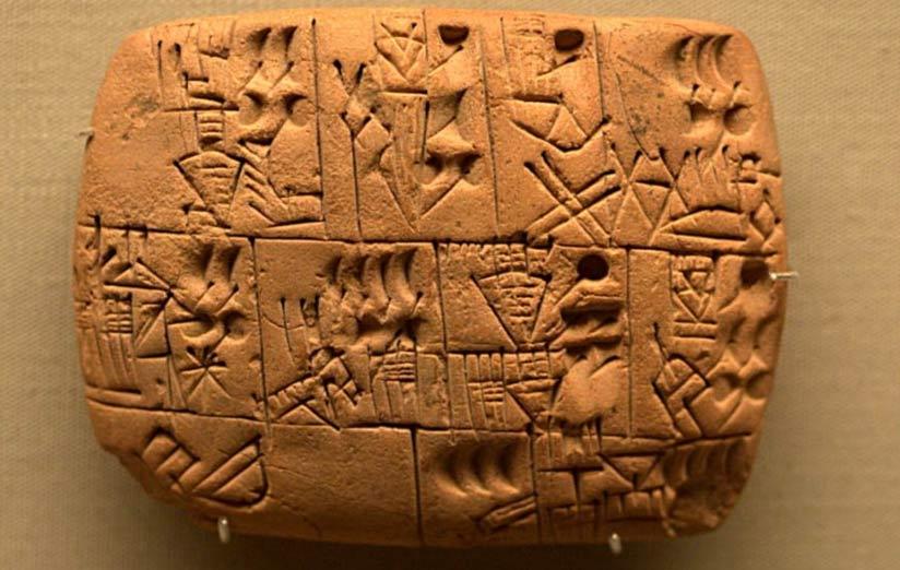 Inscripción proto-cuneiforme en la que se registra una asignación de cerveza. Tablilla probablemente procedente del sur de Iraq, período prehistórico tardío, 3100 a. C. – 3000 a. C. ( Takomabibelot/ CC BY 2.0 )