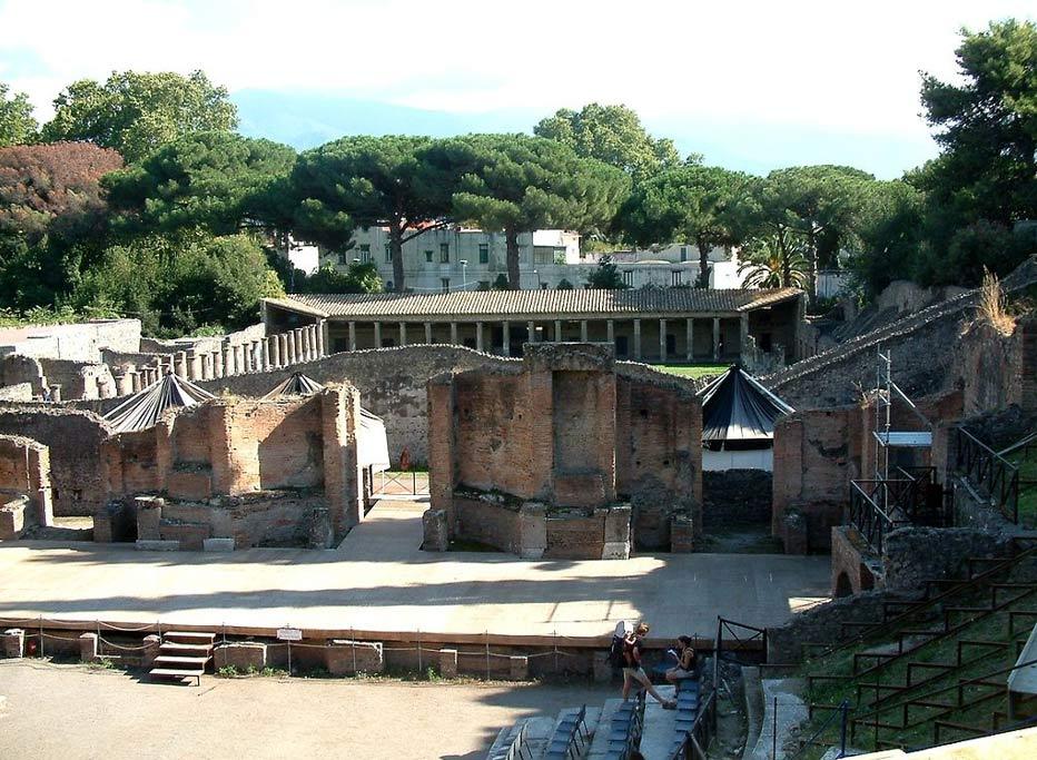 Pompeya fue una floreciente ciudad romana que acabó sepultada por las cenizas volcánicas. Se cree que muchos de sus habitantes lograron escapar de la erupción del Vesubio, aunque los cuerpos de algunos pompeyanos y muchos edificios, incluido este gran teatro, se conservaron bajo las cenizas. (Fotografía: Radomił/Wikimedia Commons)