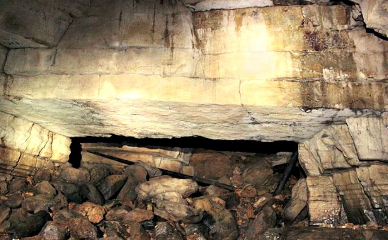 Tanto en la imagen superior como en la inferior puede observarse claramente el corte artificial realizado en el techo de la cueva. (Fotografías: Historia Enigmática)