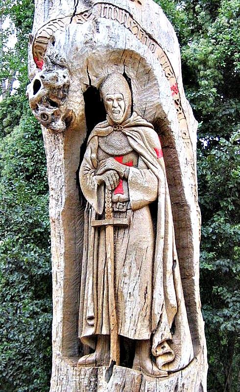 Caballero templario tallado en el tronco de un árbol en Priaranza del Bierzo, provincia de León, España. (FCPB/GNU FREE)