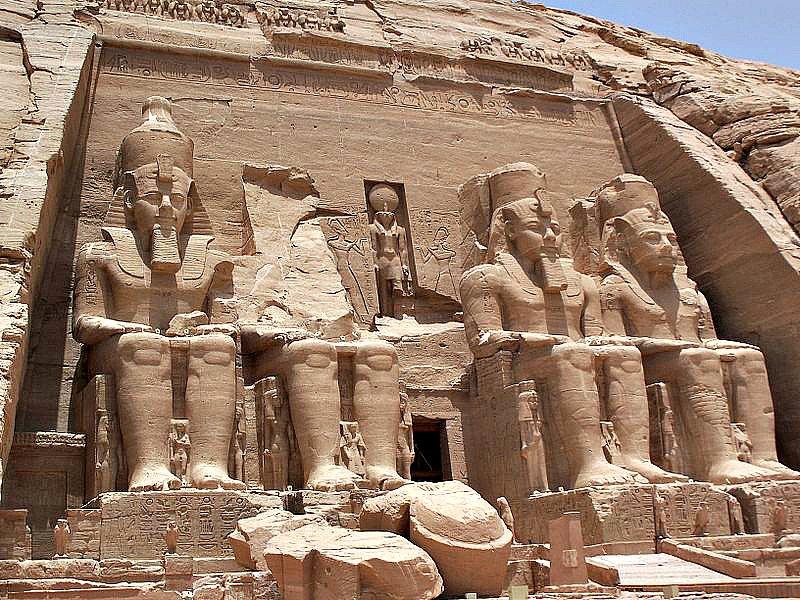 Fachada del Templo de Ramsés II en Abu Simbel con sus cuatro colosos custodiándolo. (Public Domain)