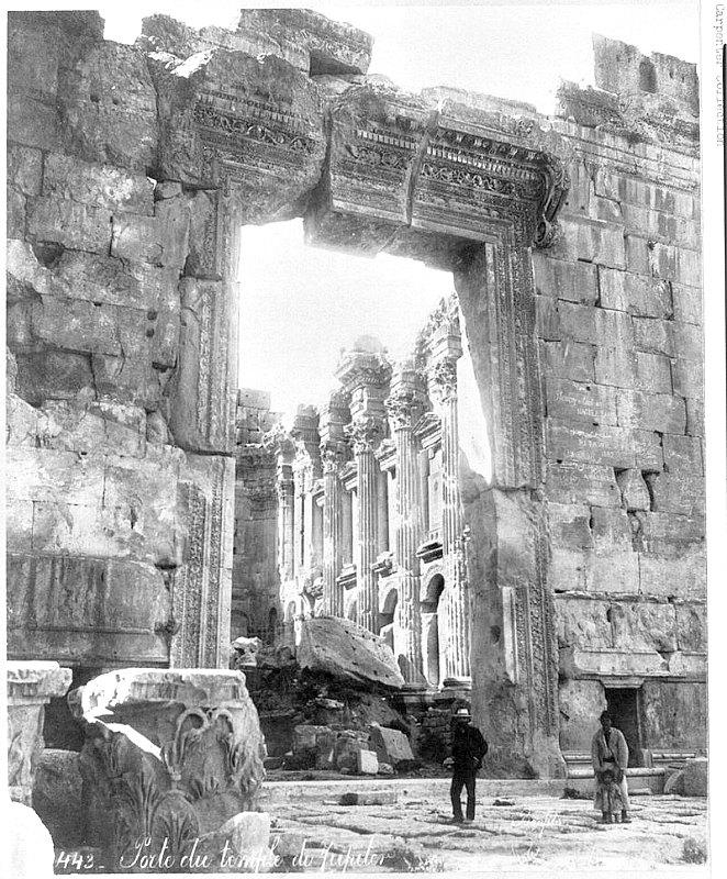 Entrada del Templo de Baco hacia 1890-1923, Baalbek. (Biblioteca del Congreso de los Estados Unidos de América)