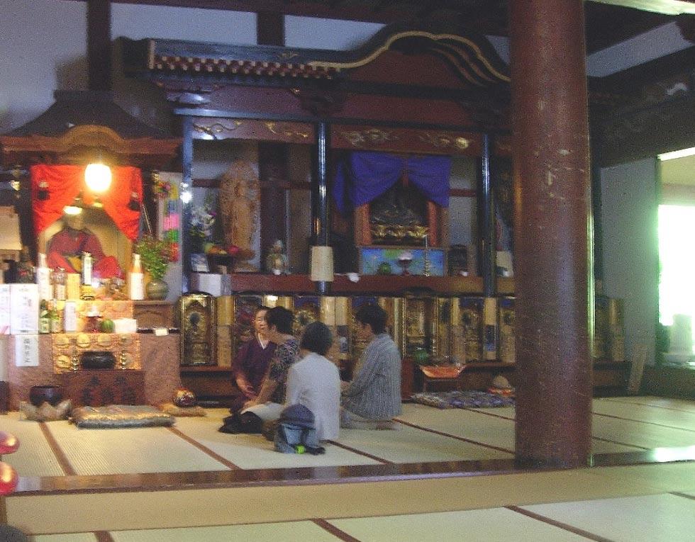 Visitantes sentados frente a Tetsumonkai en el templo de Churen, Japón. Fotografía: Ken Jeremiah