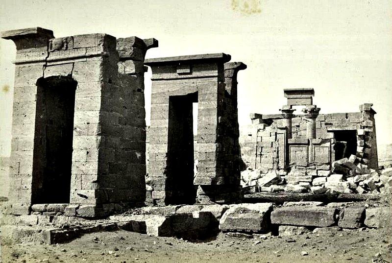 El Templo de Debod, en el año 1862, en su emplazamiento original. (Public Domain)
