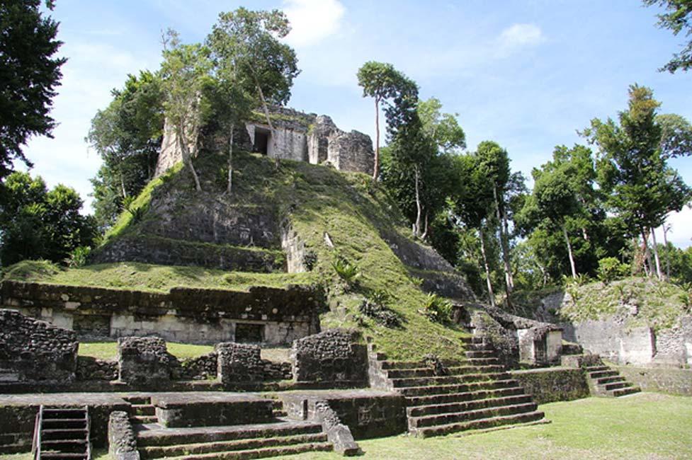 Templo E de Nakum. Su construcción data del Período Clásico Tardío de la civilización maya. (CC BY-SA 4.0)