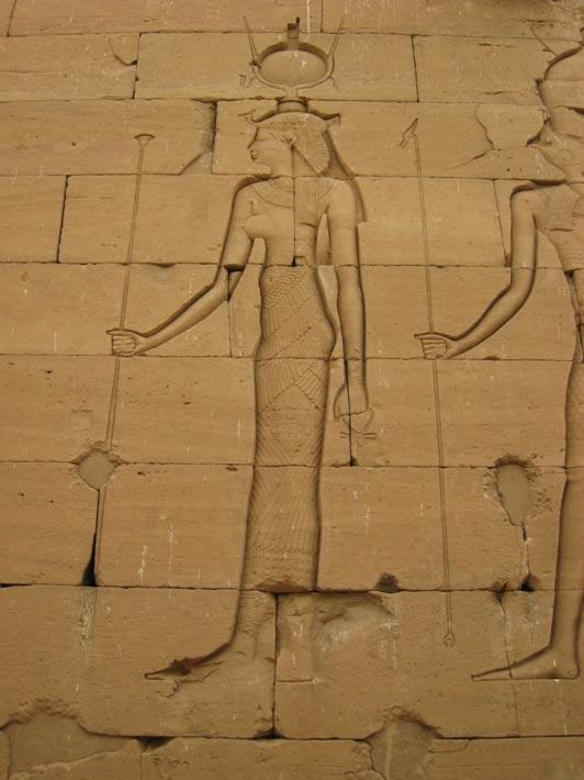 Relieve de Isis, de la que Cleopatra se creía una encarnación, en un templo del Antiguo Egipto. Nótese el ureaus, símbolo de la serpiente, sobre su frente. (Foto: Karen Green/Wikimedia Commons)