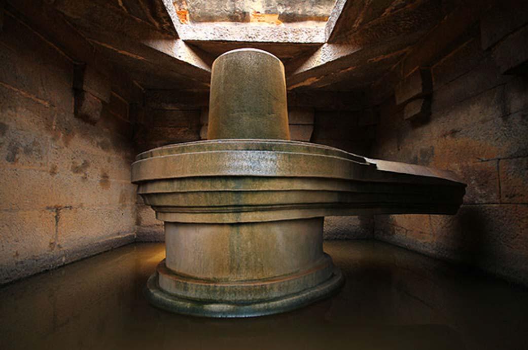 Templo Linga de Hampi (CC by SA 3.0). El Lingam representa la fuerza fálica.