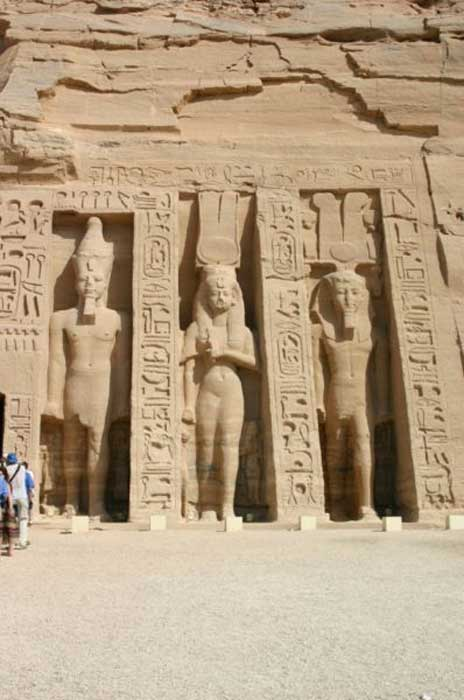 Lado derecho del templo de Nefertari en Abu Simbel. (Steve F-E-Cameron/CC BY SA 3.0)