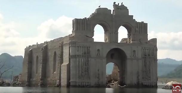 Imagen del Templo de Quechula cuando emergió en el año 2015. (10 Noticias)