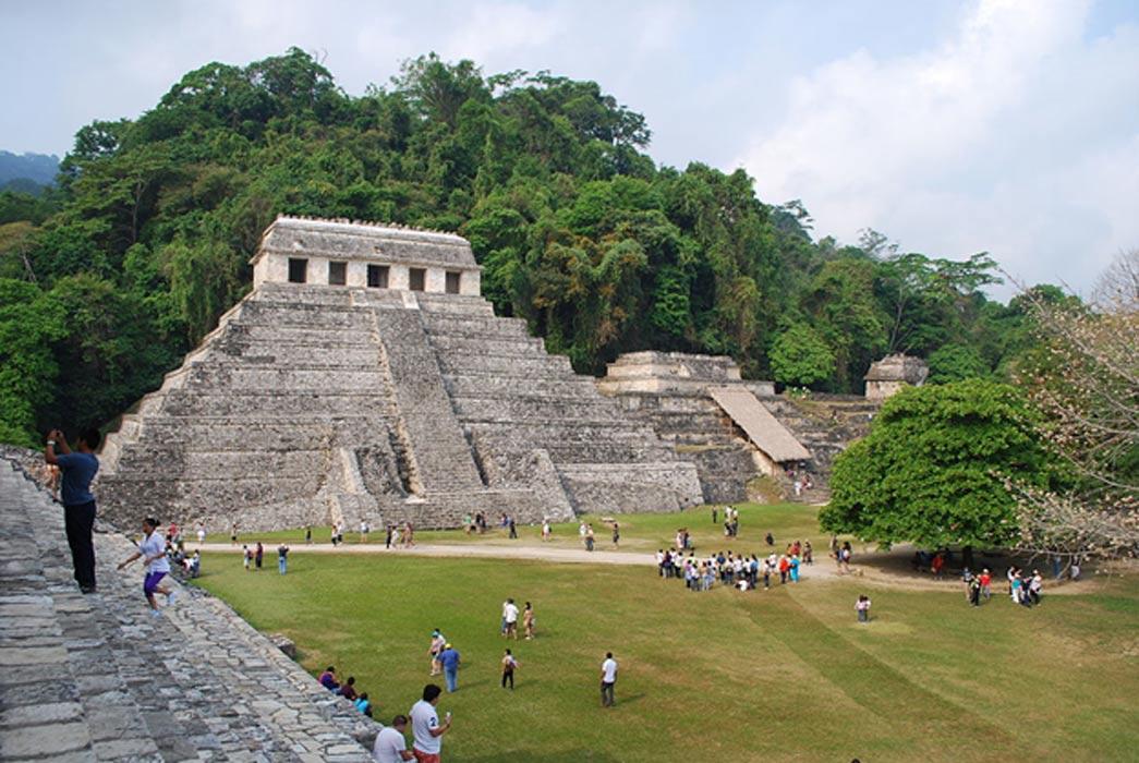 Vista del Templo XIII y el Templo de las Inscripciones de Palenque, Chiapas, México. (CC BY-SA 2.5)