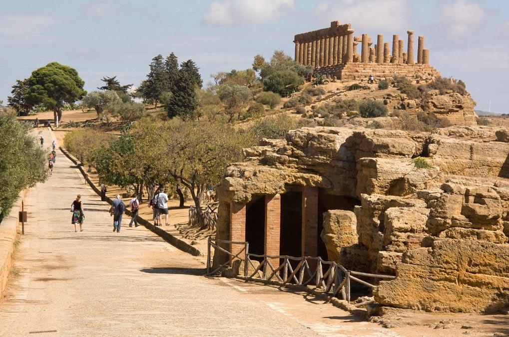 El Templo de Juno de Agrigento (Sicilia), situado en lo alto de la colina que se observa en segundo plano (Fotografía: poudou99/Wikimedia Commons)