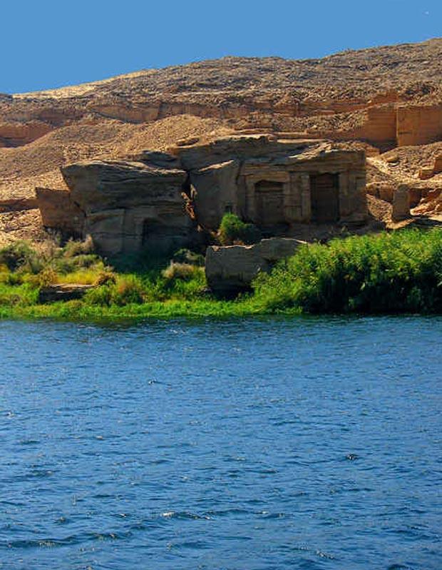 Estos templos fueron tallados directamente en las rocas de la cantera de Silsileh, cercana a Asuán, para uso de los obreros de la cantera. CC BY-SA 3.0