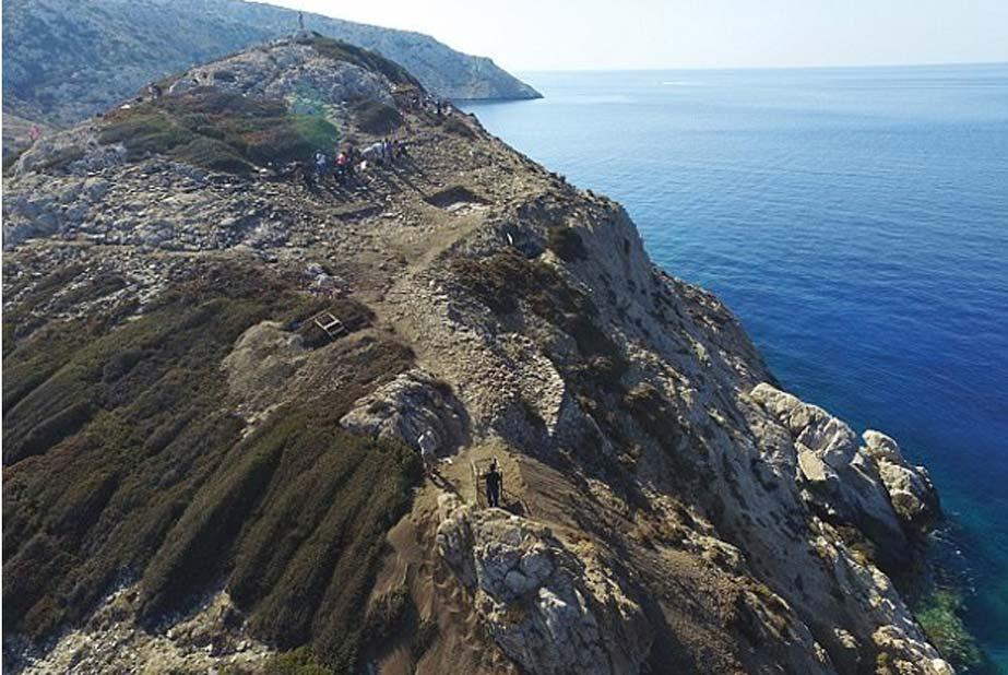 La isla fue esculpida con terrazas y piedra blanca para que brillara desde varias millas de distancia. (Imagen: Cambridge Keros Project)