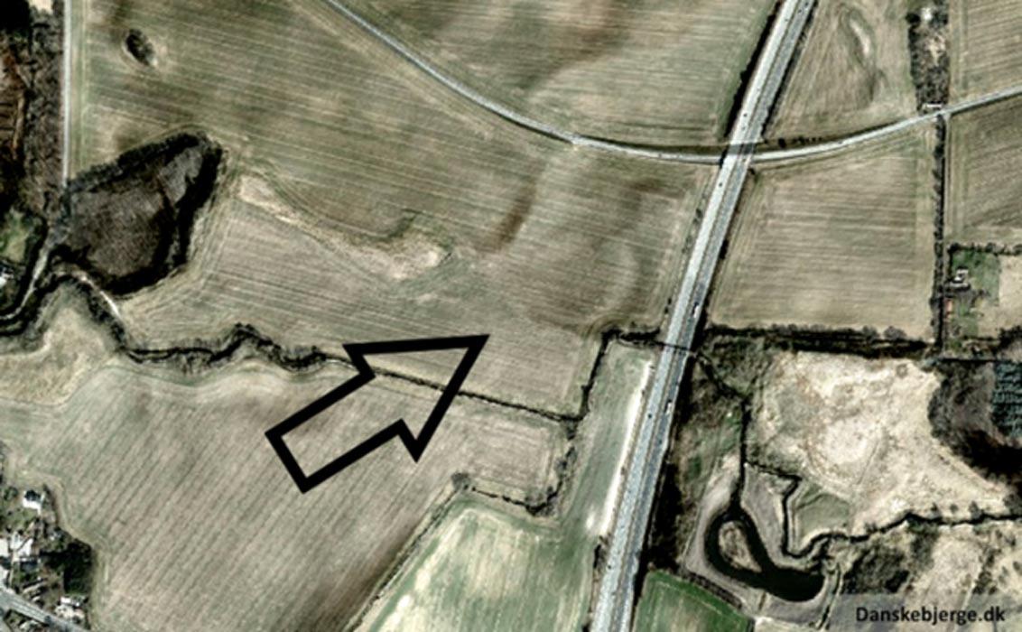 Otra imagen del terreno en el que se encuentran las ruinas de la antigua fortaleza vikinga destruida por el fuego, esta vez sin infrarrojos. (Fotografía: Danskebjerge)