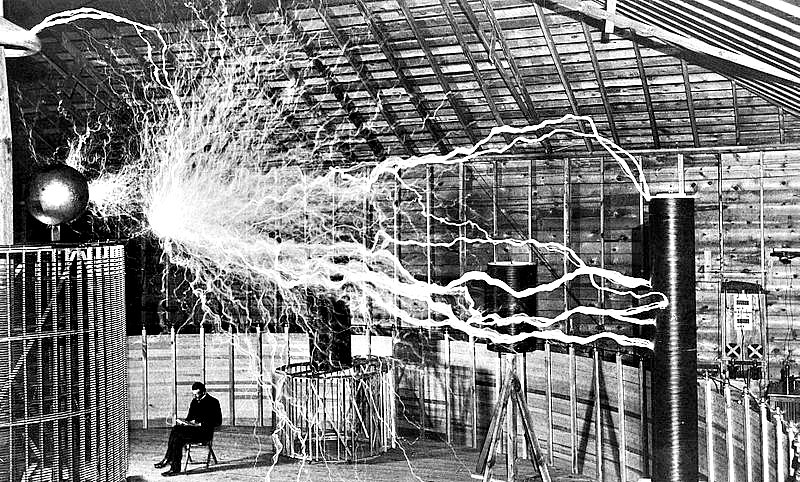 Tesla en su laboratorio de Colorado Springs, fotografiado en torno al año 1900. (Wellcome Images/CC BY-SA 4.0)