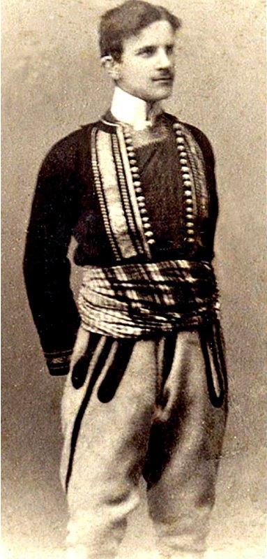 Nikola Tesla vistiendo un traje típico serbio en 1880, con 24 años de edad. (Public Domain)