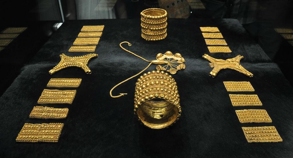 Se han encontrado ricos tesoros en otros yacimientos tartésicos del sur de España. En la fotografía, piezas del Tesoro de El Carambolo, expuesto en el Museo Arqueológico de Sevilla. (CC BY-SA 4.0)