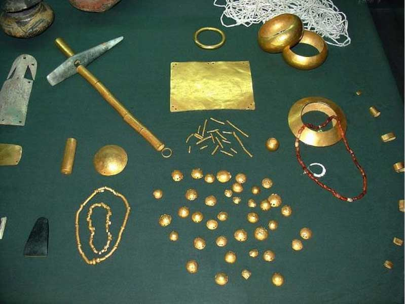 Objetos de oro hallados en la necrópolis de Varna. (Wikipedia)