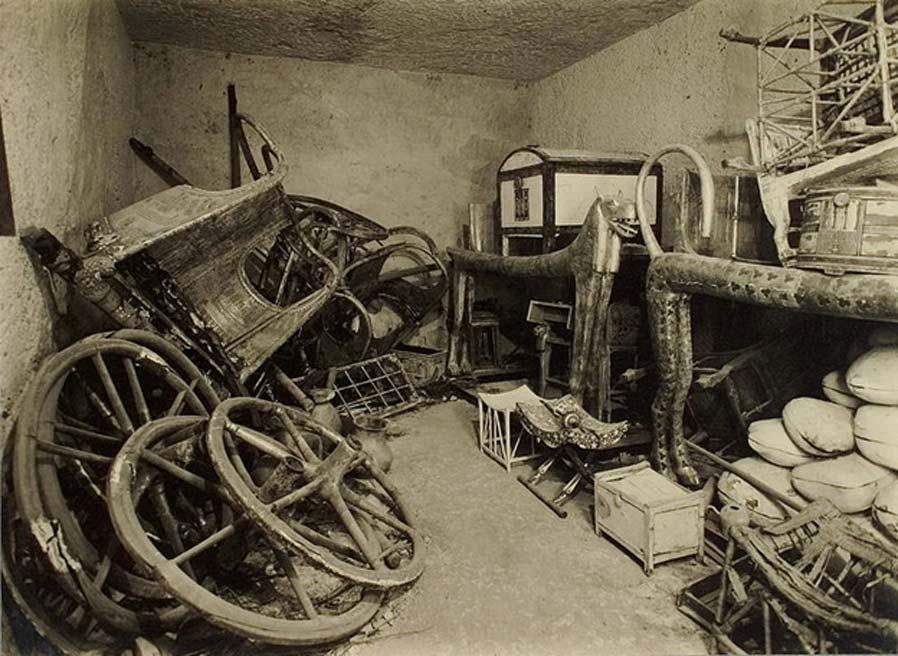 Sala que contiene camas y otros elementos hallados en la tumba de Tutankamón. (Harry Burton: fotografías de la tumba de Tutankamón: un registro fotográfico de 5 álbumes con 490 impresiones fotográficas originales que representan las excavaciones de la tumba de Tutankamón y su contenido) (Dominio público)