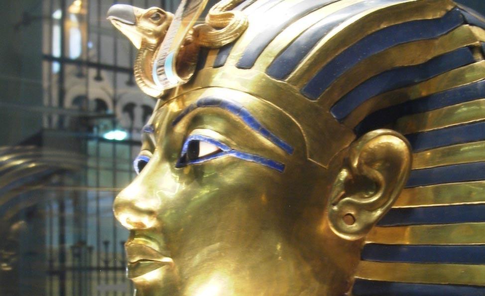 La máscara presenta perforaciones en los lóbulos de sus orejas similares a las utilizadas habitualmente para colgar pendientes (Wikipedia)