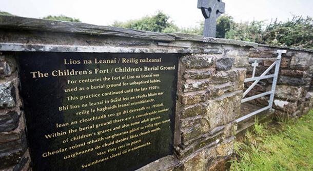 La placa conmemorativa en el Fuerte/Cementerio de los Niños, también conocido por su nombre gaélico de Lios na Leanai, en Tullycrine, Condado de Clare, Irlanda (Irish Examiner)