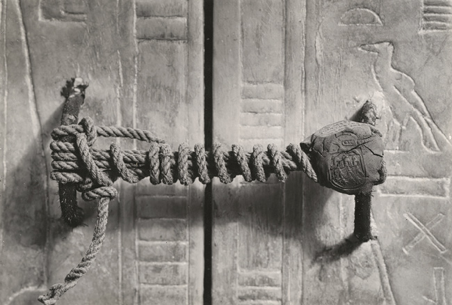 Fotografía del sello del Tercer Santuario de la tumba de Tutankamón, aún intacto, tomada en 1922 (Public Domain)