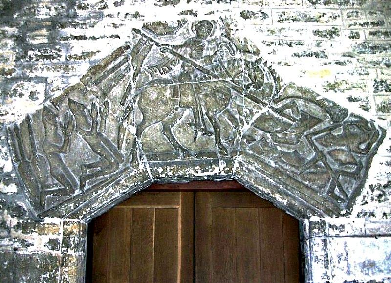 Tímpano normando en el que aparece San Jorge rescatando a unos cruzados en el sitio de Antioquía del año 1097. Parroquia de San Jorge de Fordington, Dorset, Inglaterra. (Public Domain)