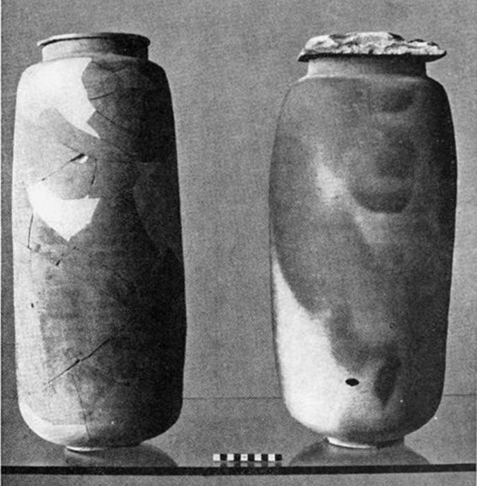 Dos de las tinajas de cerámica halladas en Qumram en las que se encontraron algunos de los Manuscritos del Mar Muerto. (Public Domain)