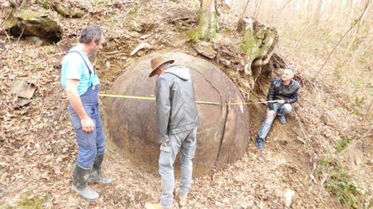 Los investigadores toman medidas de la enorme esfera de piedra. (Fotografía: Sam Osmanagich)