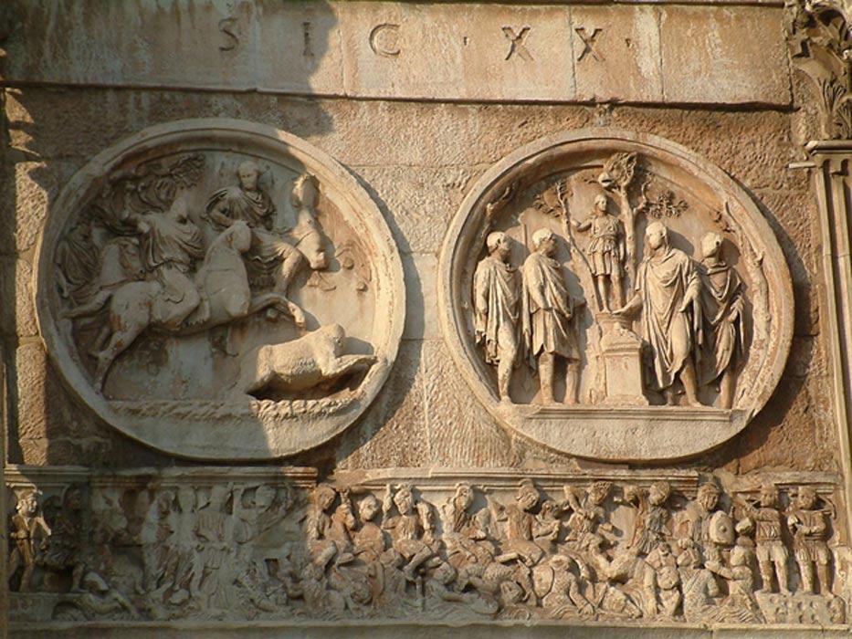 Tondo en el que se observa a Adriano cazando leones, acompañado por Antínoo. (CC BY-SA 3.0)