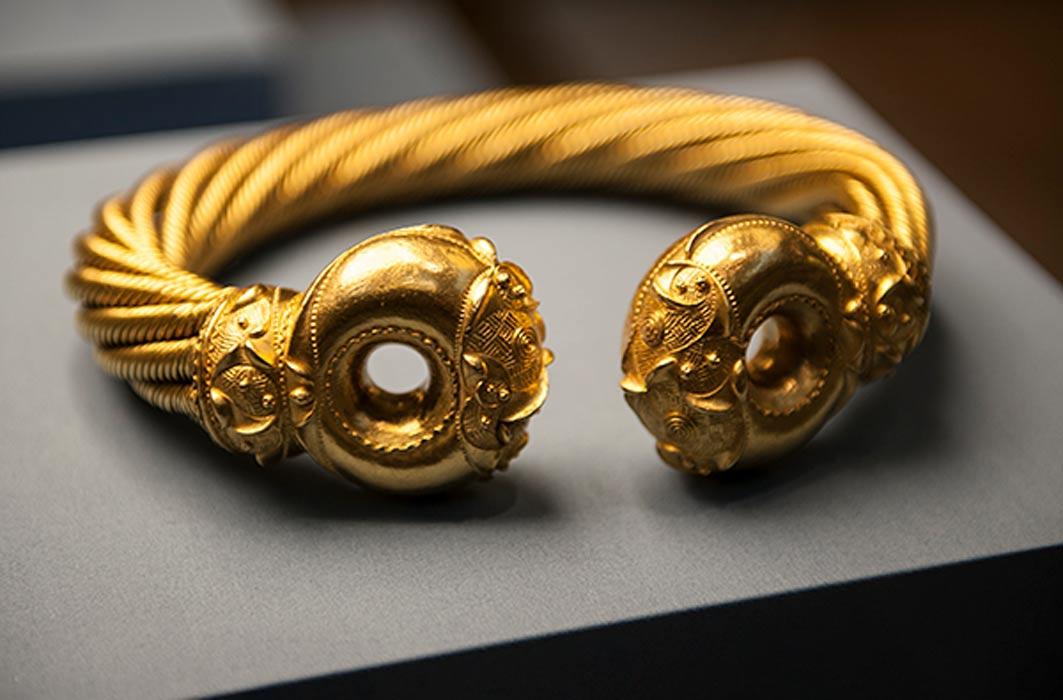 El Torque de Snettisham, collar de oro probablemente similar al que solía lucir Boudica. (Universidad de Chicago)