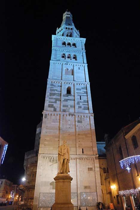 En la Torre Ghirlandina de Módena se encuentra expuesta una réplica del famoso cubo. (Public Domain)