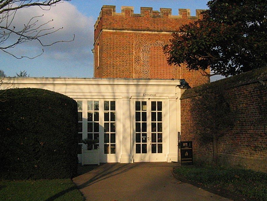La Torre de Tiltyard que aún queda en pie en el Palacio de Hampton Court, situada justo detrás de lo que hoy es un café. (Public Domain)