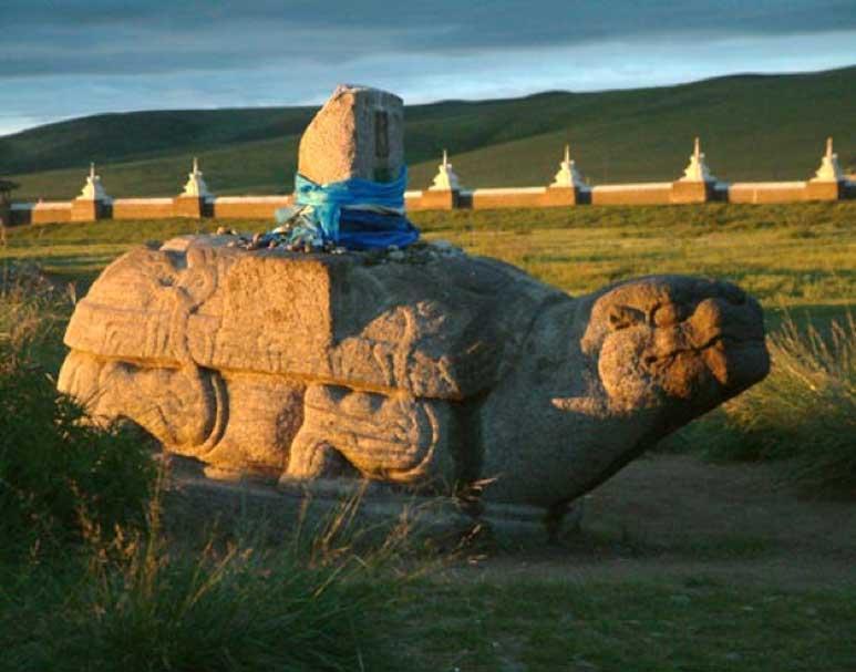 Tortuga de piedra del siglo XIII, uno de los pocos restos visibles de Karakórum de la época en que era capital del Imperio mongol. (Frithjof Spangenberg/CC BY SA 2.5)