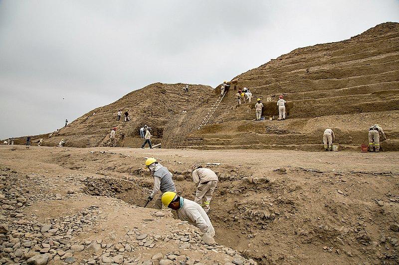 El equipo de especialistas realizando labores de campo en la Huaca Toledo. (Fotografía: Ministerio de Cultura del Gobierno de Perú)