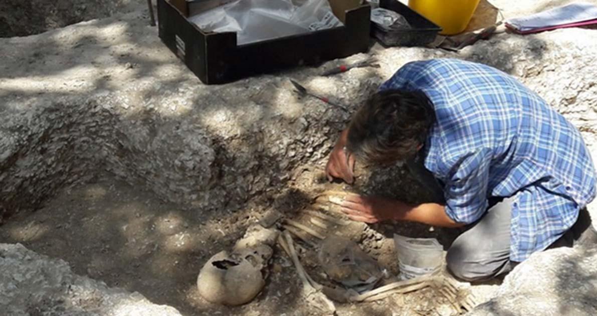 El pasado mes de noviembre se encontraron restos fuera del túmulo, entre ellos los de un hombre con una lanza de hierro y una mujer con joyas. (Twitter)