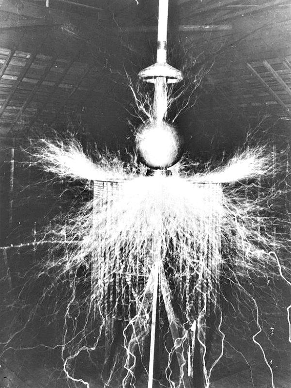 Transmisor amplificador de Nikola Tesla en funcionamiento en su laboratorio de Colorado Springs (1899-1900). (Public Domain)
