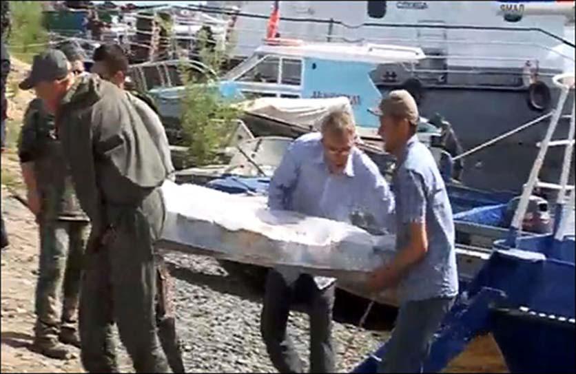 La matriz de la momia del adulto es trasladada desde el antiguo cementerio de Zeleniy Yar. Fotografía: Alexander Gusev