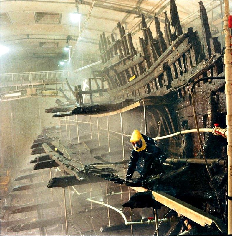 Los restos del Mary Rose, embarcación de la época de los Tudor, son sometidos a un tratamiento de conservación con poletilenglicol en los antiguos astilleros de Portsmouth, Inglaterra. (Mary Rose Trust/CC BY-SA 3.0)