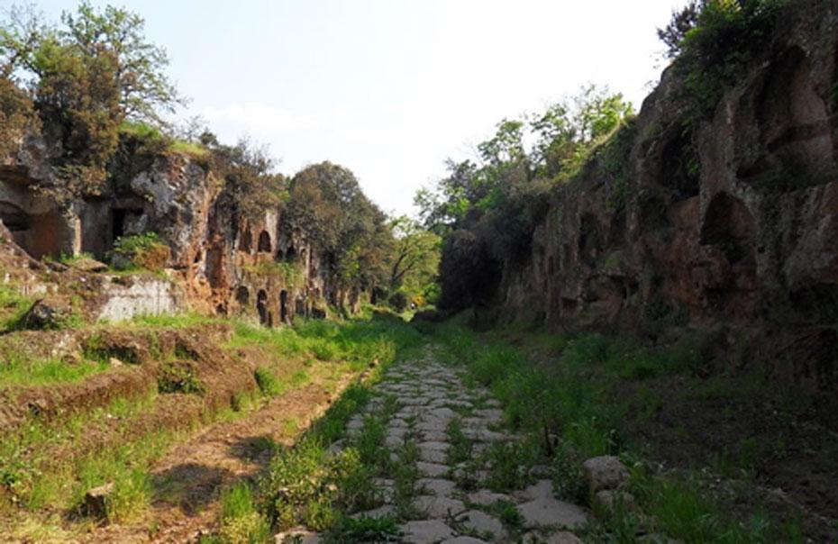 "Fotografía de la necrópolis de ""Tre ponti"": el""Cavo degli Zucchi"" con la Vía Amerina, una antigua carretera romana, cerca de Falerii, Italia. (CC BY SA 3.0)"