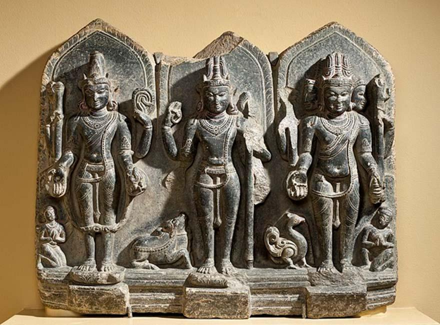 Escultura del siglo X que muestra la trinidad hinduista de Vishnu, Shiva y Brahma. (Fae/Dominio público)