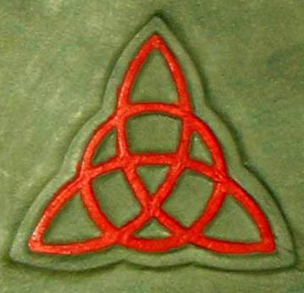 Triqueta dibujada sobre la cubierta de una réplica del Libro de las Sombras. (Public Domain)