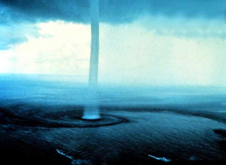 Las trombas marinas se han citado como una de las posibles explicaciones para las lluvias de objetos o animales (Dominio público)