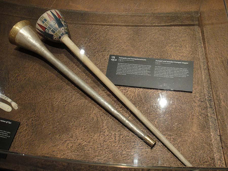 """Antigua trompeta egipcia de plata. De la exposición realizada en Colonia """"Tutankamón: su tumba y sus tesoros"""". (Patty/CC BY-NC-ND 2.0)"""