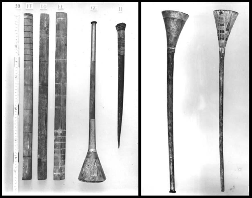 Fotografías de 1922. A la izquierda, la trompeta de bronce de Tutankamón (Public Domain). A la derecha, la trompeta de plata con su base de madera. (Public Domain)
