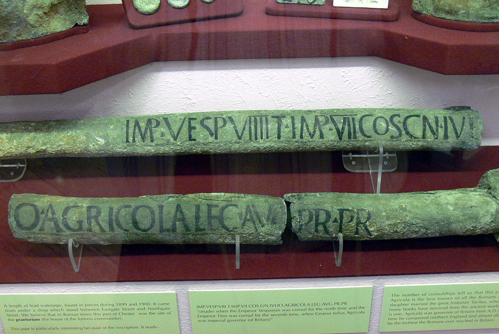 Tubos de plomo romanos de conducción de agua, con inscripción correspondiente con RIB 2-3, 2434,1: Imp(eratore) Vesp(asiano) VIIII T(ito) Imp(eratore) VII co(n)s(ulibus) Cn(aeo) Iulio Agricola leg(ato) Aug(usti) pr(o) pr(aetore) (Creative Commons/Wolfgang Sauber)