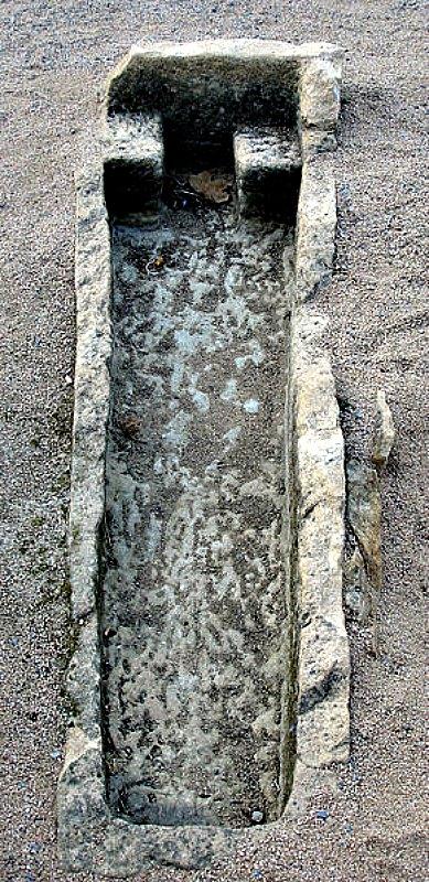 Tumba antropomorfa medieval de la Iglesia de Sant Esteve de Canapost, Gerona, España. (Public Domain)