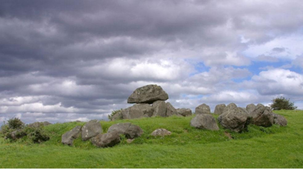 Una de las tumbas de Carrowmore, Irlanda. (Dominio público)