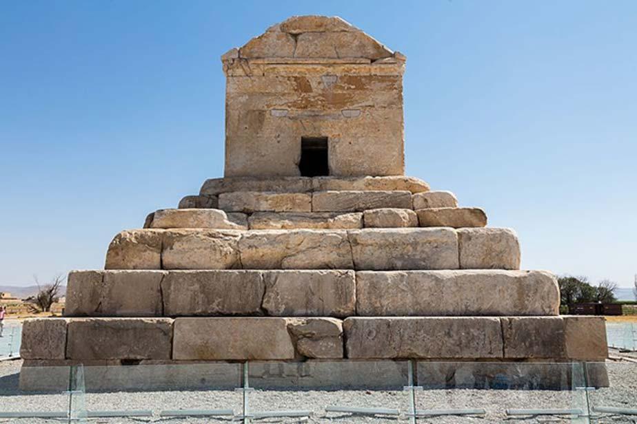 Tumba de Ciro, plataforma escalonada coronada por la propia cámara funeraria. (CC BY SA 4.0)