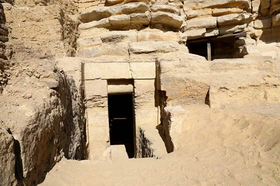 La tumba fue descubierta en el interior de una cresta rocosa enterrada. (Ministerio de Antigüedades egipcio)